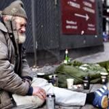 »Når Danmarks Statistik udelukkende fokuserer på den (stigende) relative fattigdom og fuldstændig ignorerer udviklingen ved en absolut fattigdomsgrænse, hvor der kommer færre med lav indkomst, så maler de et ufuldstændigt billede,« skriver Mads Lundby Hansen, Carl-Christian Heiberg og Jørgen Sloth.
