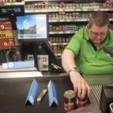Et job som kassemedarbejder i et supermarked kræver ikke nogen formel uddannelse. Beskæftigelsesminister Peter Hummelgaard (S) mener, at ledige akademikere ikke skal være for fine til at søge den slags arbejde. (Arkivfoto) Mads Joakim Rimer Rasmussen/Ritzau Scanpix