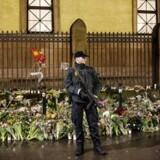 »Efter angrebet på synagogen i 2014 stod danskerne side om side og overdængede synagogen med blomster og varme tanker. Måske skulle vi gentage det,« skriver Caspar Stefani efter flere antisemitiske hændelser i Danmark på det seneste. På billedet holder Politiet vagt foran synagogen i Krystalgade.