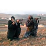 Ahmed Salem El-Haj (nummer to fra venstre) var blandt de fire bevæbnede mænd, der på en video i 2013 optaget i Syrien skød til måls efter billeder af en række danske personligheder. El-Haj rejste i 2012 og har erkendt, at han endte hos Islamisk Stat.