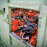 Mænd, der er mistænkt for at have kæmpet for Islamisk Stat, tilbageholdt i en fængselscelle i den nordøstlige syriske by Hasakeh. En dansker er blandt flere europæiske IS-krigere, der snart sendes ud af Tyrkiet, skriver nyhedsbureauet dpa.