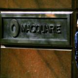 En fodgænger går forbi Macquaries hovedsæde i Sydney. Australiens største investeringsbank var en blandt mange finansielle virksomheder, der var involveret i den omfattende skandale om aktieudbytter, hvor statskasser rundt om i Europa blev lænset for hundredvis af milliarder.