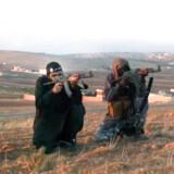 Ahmed Salem el-Haj (nummer to fra venstre) var blandt de fire bevæbnede mænd, der i en video i 2013 optaget i Syrien skød til måls efter billeder af en række danske personligheder, blandt andet politikere.