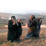 Billede fra videoen fra 2013, hvor der blandt andet bliver skudt til måls efter billeder af Naser Khader.