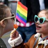Cirka 500 børn og unge er blevet henvist til Sexologisk Klinik i København fordi at blive udredt for »kønsdysfori«. På billedet ses en LGBT-pride i Podgorica, Montenegro. Arkivfoto: Boris Pejovic/EPA/Ritzau Scanpix
