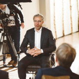 En tysk topadvokat, der er whistleblower i sagen om svindel med udbytteskat, interviewes iført sminke og maske. Arkivfoto: Ivo Mayr/Correctiv/Ritzau Scanpix