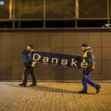 Her fjernes Danske Banks logo på storbankens estiske filial, der er lukket i kølvandet på hvidvasksagen. Sagen er en af årsagerne til bankernes krise.