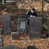 Israels ambassadør Benny Dagan og fru Irit Dagan besøger, sammen med Randers-borgmetser Torben Hansen og kommunaldirektør Jesper Kaas Schmidt, Østre Kirkegård i Randers, onsdag den 13. november 2019. Flere end 80 gravsten blev i weekenden malet med grøn graffiti, og enkelte gravsten var væltet på gravpladsen.