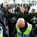 Politiopbud ved Den Nordiske Modstandsbevægelses demonstration i Göteborg i 2017. Bevægelsen blev dannet i Sverige i 1997 af tidligere medlemmer af det nynazistiske netværk Hvid Arisk Modstand og opstod første gang i Danmark i 2013. Gruppen betegner sig som nationalsocialistisk og promoverer nazistiske budskaber med fokus på jøder.