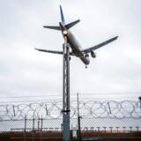 Politiken er kommet i besiddelse af et fortroligt rapportudkast, der viser, at Københavns Lufthavn i et år har været bekendt med alvorlige sikkerhedsproblemer på start- og landingsbaner.