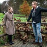 Efter mødet om biodiversitet på Marienborg mandag den 4. november gav skuespiller og vært på børne-TV-programmet »Naturpatruljen« Sebastian Klein (th.) miljøminister Lea Wermelin (S) og resten af deltagerne til mødet en tur rundt i omkringliggende naturområde.