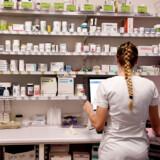Voldsomme prishop på receptpligtig medicin på danske apoteker udløser kritik fra patientorganisationer, og sundhedsministeren vil nu indføre et prisloft for at beskytte patienterne.