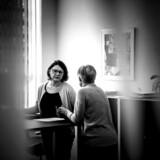 Folkesparekassens complianceansvarlige, Kirsten Majgaard Basse (t.v.), har til opgave at sørge for, at den lille bank uden for Silkeborg overholder hvidvaskreglerne. Her diskuterer hun en konkret sag med en af bankens rådgivere, Gitte Stenvang.