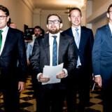 Kristian Jensen (V), Karsten Lauritzen (V), Simon Emil Ammitzbøll (daværende LA) og Brian Mikkelsen (K) sad sammen med Mette Frederiksen (S) og Morten Østergaard (R) med ved de afgørende forhandlinger om en ny boligskat. Partiernes mange særhensyn har ført til en besværlig boligskatteaftale, der nu er udskudt til 2024 og kan vise sig umulig at gennemføre, lyder kritikken.