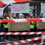 Filmskoleelever strejker, efter at skolens rektor har afskediget Arne Bro, skolens leder af dokumentarlinjen.
