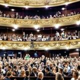 I et lille land er offentlig støtte nødvendigt for at opretholde national kulturarv og kulturformidling af høj kvalitet, og netop de store kulturinstitutioner er helt afgørende. Her vises »Olsen Banden ser rødt« i Det Kongelige Teater, der lægger plads til filmens mest berømte scene.
