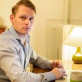Rasmus Saas-Nielsen er formand for boligforeningen Tinggården. Foreningens andelshavere risikerer en halveringen på andelskronen, og det bekymrer formanden. Han er bange for, at foreningens unge nytilkomne beboere vil ende i et gældsfængsel.