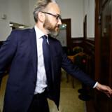 Boligordfører Ole Birk Olesen (LA) har lørdag morgen meddelt boligminister Kaare Dybvad (S), at Liberal Alliance trækker sig fra forhandlinger om omstridt »Blackstone-paragraf«.