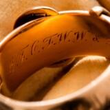 Denne 18-karats guldring har lidt af en historie på bagen. Den har oprindeligt tilhørt Oscar Wilde, og er angiveligt blevet stjålet to gange.