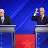 »I det hele taget er det virkelig mærkeligt, hvor blodfattigt og uinspirerende det Demokratiske felt virker,« skriver Mads Fuglede. På billedet Vermonts senator, Bernie Sanders, og tidl. vicepræsident, Joe Biden, 12. september (Photo by Robyn BECK / AFP).