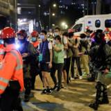 Demonstranter bliver eksporteret ud af Hongkongs Polytekniske Universitet.