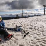 Seksårige Villum tager sig en slapper på toppen af pisten under sit livs første skitur.