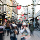 Tal fra Danmarks Statistik har torsdag vist, at forbrugertilliden har taget endnu et dyk ned i Danmark. Selv om vi endnu ikke har nået nulpunktet, tror flere økonomer, at den faldende forbrugertillid vil resultere i færre gaver under juletræet i år. Arkivfoto: Ólafur Steinar Gestsson/Ritzau Scanpix