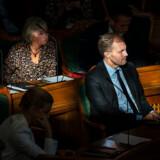 En 11 måneder gammel dreng, der er født i et krigsområde i Syrien, har sat politikerne på Christiansborg i en svær situation. »Vi vil godt sige ja til, at det her barn kommer til Danmark under de forudsætninger, jeg har nævnt. Men vi siger ikke ja til andre,« siger Dansk Folkepartis Peter Skaarup.