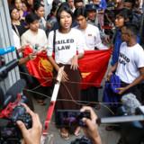»Myanmars befolkning har fået adgang til en app, som samler og gør alle menneskerettighedsdokumenter offentligt tilgængelige på befolkningens nationale sprog (i stedet for engelsk, som mange hverken taler eller læser),« skriver Evguenia Klementieva. På arkivfotoet fra Myanmar ses Su Yadanar Myint, der er en del af Peacock Generation.
