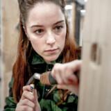 Ida Aspin læser til låsesmed. Her er hun fotograferet på sin skole i Ballerup. Socialdemokratiets venner i fagbevægelsen sætter nu regeringen under pres. Færre studenter og flere faglærte kan udvide arbejdsstyrken.