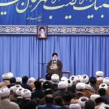 »Hvis Vesten rystede på hænderne med at forsvare dets ypperste værdi, ytringsfriheden, under Rushdie-sagen, blev det endnu værre under sagen om Muhammed-tegningerne,« skriver Hanna Ziadeh, der mener, at Danmark og andre vestlige lande giver sig for meget, når det kommer til autoritære stater, f.eks Ayatollah Ali Khameneis Iran. EPA/HANDOUT