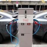 To Tesla X oplades ved samme stander – her i Berlin. De har kurs mod prisstigninger, medmindre regeringen ændrer på de kommende stigninger i afgifterne.