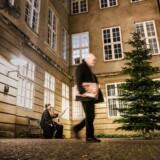 »Vi har modtaget adskillige beskeder fra oprørte danskere, der forlanger at få at vide, hvad vi har gang i,« skriver Anni Mogensen, mueumschef på Nationalmuseet, og Christian Sune Pedersen, forskningschef, Nationalmuseet, efter at museet i et Facebook-opslag kaldte museets juletræ for et »vintertræ«.