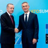 Gode miner til slet spil: Tyrkiets præsident, Recep Tayyip Erdogan, giver hånd til NATOs generalsekretær, Jens Stoltenberg, i NATOs hovedkvarter i Bruxelles i juli.