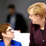 Bundeskansler Agela Merkel (th.) taler med CDUs partileder, Annegret Kramp-Karrenbauer, under partiets landsmøde i Leipzig, der begyndte fredag.
