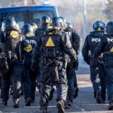 Politibetjente under en aktion. HR-direktøren i Rigspolitiet oplyser, at »vi forholder os blandt andet til terror og dybt professionelle kriminelle netværk. Vi skal sikre, at vores ansatte ikke befinder sig i en situation, hvor de forkerte kan udnytte dem.«