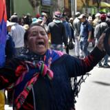 En tilhænger af Bolivias afsatte præsident Evo Morales var blandt de mange, der deltog i et begravelsesoptog torsdag for otte Morales-tilhængere, som angiveligt blev slået ihjel, da landets sikkerhedsstyrker åbnede ild mod dem. Aizar Raldes/Ritzau Scanpix