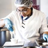 Phaitun Nielsen, som er Gate Gourmets speicialist på thaimad, står for at tilberede Kiin Kiins flymenu.
