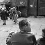 Det kan se så hyggeligt ud på billeder fra de gode, gamle dage – men lokum i gården og seks mennesker i en etværelseslejlighed uden varmt vand er ikke noget at længes mod.