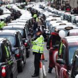 London er et lukrativt marked for Uber, men nu er kørselseventyret muligvis slut. Her er det britiske taxichauffører, der på effektiv vis blokerer London-trafikken i protest mod netop Uber.