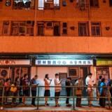 Vælgere står i kø for at stemme ved lokalvalget i Hongkong søndag. Valgdeltagelsen har været rekordhøj, særligt i de distrikter, der har været præget af demonstrationer. 71,2 procent af Hongkongs vælgere har stemt, viser tal fra valgkommissionen. Det er omkring dobbelt så mange som ved det seneste valg til de lokale distriktsråd for fire år siden.