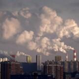 Hvert eneste år i 2020erne bør verden reducere udledningerne med hele 7,6 procent. Ellers skyder vi med meget stor sikkerhed forbi den forholdsvis sikre temperaturstigning på halvanden grad, advarer FN-organisationen UNEP. Her ses udledninger over Moskva.