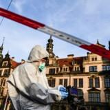 Kuppet var minutiøst planlagt, og flere end de to gerningsmænd på videooptagelserne kan have været involveret, mener politiet, der her undersøger mulige spor ved museet i Dresden.