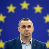 Der var stående applaus, da Oleg Sentsov endelig lod fingrene gribe om den Sahkarov-pris, der er Europa-Parlamentets årlige pris for tankefrihed, og som han blev tildelt i 2018.