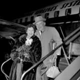 Den dansk-amerikanske skuespiller Jean Hersholt ankommer til København i 1955 sammen med sin frue, Via, der var født i Grenaa. Hersholt døde året efter af cancer.