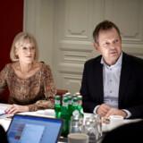 Formand og juraprofessor Linda Nielsen og Finans Danmarks administrerende direktør, Ulrik Nødgaard, mødes for sidste gang i brancheforeningens hvidvasktaskforce. Resultatet af arbejdet er 25 anbefalinger til at bekæmpe økonomisk kriminalitet. En af dem handler om bankernes muligheder for at dele kundedata med hinanden.