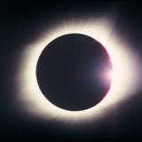 Optagelser af en solformørkelse er et tilbagevendende element i Tacita Deans film »Antigone«, som Glyptoteket viser frem til 23. februar. Solformørkelsen angiver tiden i filmen og refererer til »naturens blindhed«.