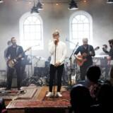 I Helt lyrisk skal to musikere i hvert afsnit sætte musik til et digt fra en af Danmarks store lyrikere. Her ses popmusikeren Bro, der har skrevet musik til Michael Strunges »Livets hastighed«.