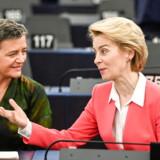 Margrethe Vestager (tv.) sammen med Ursula von der Leyen. Margrethe Vestager bliver på ny konkurrencekommissær, mens hun som en af EU-Kommissionens viceformænd også får ansvaret for digitalisering.