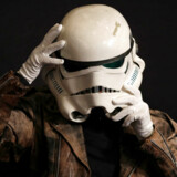 En Storm Trooper-hjelm som denne er til salg på Sotheby´s auktion, der starter i morgen.